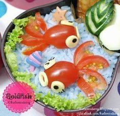 cherry tomato Goldfish bento--Oh, you could also try this with green or red grapes, or other fruit. I also like the leaf in the upper corner. could use cucumber or zucchini - Karenwee's Bento Diary: Bento Bento Cute Food, Good Food, Yummy Food, Bento Recipes, Cooking Recipes, Cute Bento, Kawaii Bento, Food Carving, Snacks Für Party