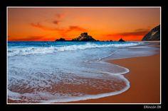 Un maravilla de playa ideal para pasar un día de sol y surf. Si no te gusta el surf no hay problema, hay playa para todo el mundo. Al ser bastante larga no tiene por que haber problemas de espacio. De fina arena y grandes y estéticas olas (ojo si vas con niños). Nada más bajar para acceder a la playa te encuentras un bar-restaurante perfecto para comer después de una mañana de sol y playa, más adelante os hablaré de él. Está a pocos kilómetros de Sagres (con GPS no tiene pérdida). Por lo ...