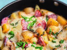 oignon, ail, pomme de terre, Fromage à raclette, saucisses, beurre, Poivre, Sel, herbes de Provence