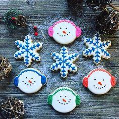Snowflake and Snowman cookies holiday cookies Christmas Iced Cookies, Cut Out Cookies, Yummy Cookies, Sugar Cookies, Cookies Et Biscuits, Homemade Cookies, Cookie Desserts, Chocolate Crinkles, Chocolate Bark