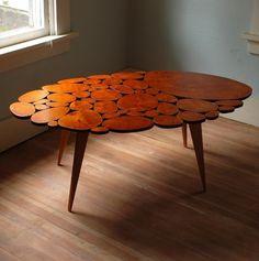 Design de mesa composto a partir da combinação de pequenos pedaços de tronco de cerejeiras.