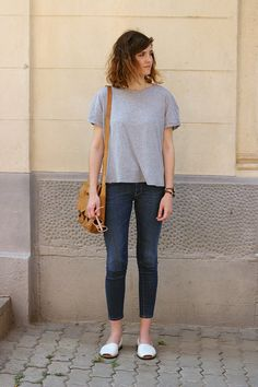 Grey tee and skinny cropped jeans for a casual look.