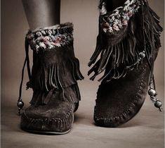☮ American Hippie Bohemian Boho Style ~ Moccasins absolutely love these Ethno Style, Gypsy Style, Boho Gypsy, Hippie Style, Hippie Boho, My Style, Gothic Fashion, Boho Fashion, Womens Fashion