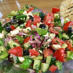 Griekse salade (origineel Grieks recept) - Health and wellness: What comes naturally Healthy Recipes, Healthy Foods To Eat, Salad Recipes, Vegetarian Recipes, Healthy Eating, Easy Recipes, Dinner Recipes, Kfc, I Love Food