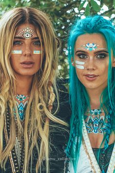 (left) wears the Fox Crown Collection, wears her signature Tigerlily Metallic FlashTattoo Collection. Available from (left) wears the Fox Crown Collection, wears her signature Tigerlily Metallic FlashTattoo Collection. Festival Looks, Festival Mode, Festival Girls, Festival Style, Boho Festival Makeup, Festival Makeup Glitter, Festival Fashion, Rave Festival Outfits, Rave Makeup