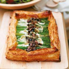 Asparagus tart with Brie and black olive dressing - Woman And Home - Tarte de espargos com Brie