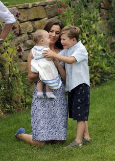 Crown Princess Mary, Prince Christian and the twin Vincent Frederik Minik Alexander of Denmark pose during a fotocall at Grasten Casle on August 1, 2011 in Grasten, Denmark. Crown Princess Mary, Princess Charlotte, Princess Diana, Princesa Mary, Casa Real, Prince Carl Philip, Prince George Alexander Louis, Prince William, Kronprinzessin Mary