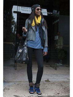 利用休閒外套和騎士外套搭出多層次的夾克造型。「New Era」棒球帽和高筒運動鞋都是休閒風必備單品。亮黃色的圍巾是整體造型的一大亮點。