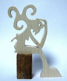 hauteur : 17 cm largeur : 13 cm épaisseur : 15 mm le bois utilisé c'est de l'érable c'est d'abord dessiné avec un crayon de bois sur papier, après c'est collé sur le bout - 18948677