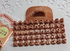 Sellos con letras romanas para marcar galletitas