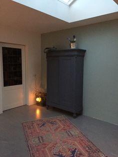 Liefde voor oud & nieuw: biedermeier kast, gietvloer, deur met glas in lood, storebror vloerkleed etc! :)