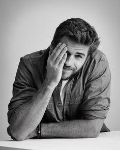 Liam Hemsworth | panempropaganda: Peekaboo! The charming...