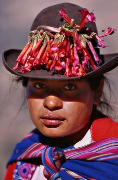 Peruvian lady with the national flower on her traditional hat, by Sergio Pessolano We Are The World, People Around The World, Wonders Of The World, Around The Worlds, Columbia South America, Peruvian Women, Peru Travel, Inca, Interesting Faces