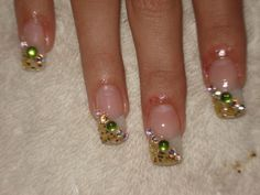 Cómo pintarse las uñas bien: Guía paso a paso, decorar uñas con piedras.  ¡CLUB unasdecoradas.club! #uñas #acrylicnails #uñasconbrillos
