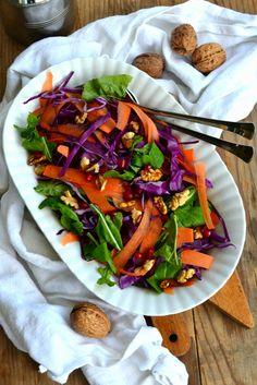 Insalata di cavolo cappuccio, carote, rucola, melograno e noci - winter salad of cabbage, carrots, arugula, walnuts and pomegranate