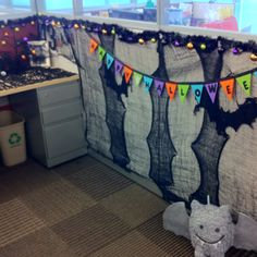 My desk option at work for Halloween Halloween Cubicle, Halloween Costumes For Work, Cute Halloween, Holidays Halloween, Halloween Crafts, Halloween 2016, Cubical Ideas, Jar Lid Crafts, Cube Decor