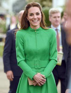 Da wird man glatt grün vor Neid!In einem knalligenMantelkleid von Catherine Walker stahl Herzogin Kate bei derChelsea Flower Show in London mal wieder allen die Show.
