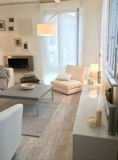 La décoratrice Sophie Ferjani a repensé entièrement ce salon sans saveur pour en faire un salon contemporain aux accents féeriques à base de gris et de blanc.