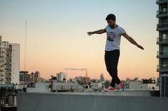 "2,865 Me gusta, 28 comentarios - Agus Sierra- Actor (@cachetesierra) en Instagram: ""Equilibrista 🌆 Ph: @erickkahlke"""