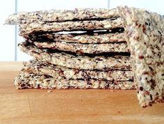 Hembakat knäckebröd är lyx för smaklökarna och dessutom superenkelt att göra själv. Här följer ett recept på glutenfritt havreknäcke med knapriga fröer.