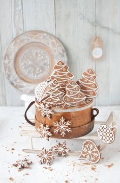 Gingerbread cookies with vegan royal icing created by Kinga at greenmorning.pl in Warsaw, Poland. Vegan Christmas, Christmas Gingerbread, Noel Christmas, Christmas Treats, Christmas Baking, Winter Christmas, All Things Christmas, Gingerbread Cookies, Christmas Cookies