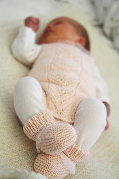 Svigermor er veldig flink til å strikke, og til Nora har hun strikket dette nydelige hentesettet i bomullsgarn. Body, sokker, boler...