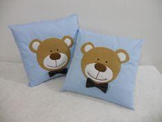 http://www.elo7.com.br/almofada-azul-com-ursinho/dp/1ED1E4  Almofada feita em algodão com aplicação do rostinho do urso em feltro. Almofada pode ser feita em outra cor ou tema. Preço de R$ 28,00 refere-se a cada almofada (preço unitário). R$28,00