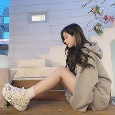 신발샀닼 흐흐 오때유? 솔직히 귀엽져 ? 🥰 #라카이 #여친룩 #여자데일리룩 #여자신발 Cute Asian Girls, Beautiful Asian Girls, Cute Girls, Ulzzang Fashion, Asian Fashion, Edgy Style, Mode Style, Petty Girl, Ulzzang Korean Girl