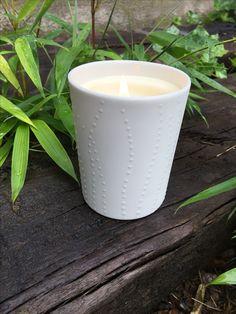 Bougie parfumée dans contenant en porcelaine avec points d'émail blancs. A se procurer absolument pour une déco tout en délicatesse ! C'est sur www.atelierbougies.com