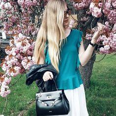 Happiness blooms from within 🌸🌷#mood 😽 Hat es bei euch auch geschneit? Ich hätte ja wirklich nicht mehr damit gerechnet 😕🌨 #aprilaprildermachtwaserwill 🙈 Das Outfit 👆 ist von letzter Woche ☺ Oberteil und Rock sind von @annaundella, die Tasche ist von @picard_lederwaren_official 💖 #ootdshare #lategram #picardlederwaren #annaundella #ad