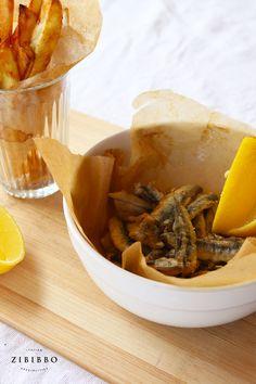 Die Kombination aus knusprigen Sardellen, Pommes frites und Zitrone ergibt ein perfektes italienisches Fingerfood aus dem Süden Italiens. Fish And Chips, Italian Finger Foods, Vegan Mayonnaise, Deep Frying, Sicily, Fennel, Lemon, Fresh