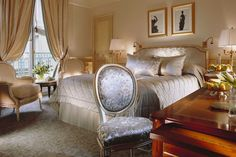 Vue d'une chambre de l'hôtel Meurice, avec une décoration classique