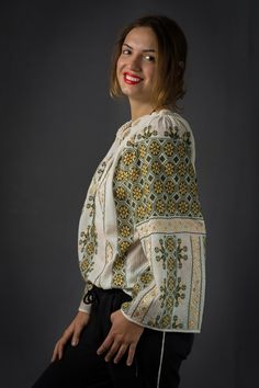 M size handmade embroidery embroidered Romanian Blouse Roumaine ie romaneasca folk costume of Romania Rumänische bluse Hungarische Peasant Blouse, Blouse Dress, Floral Blouse, Ethnic Fashion, Boho Fashion, Fashion Trends, Folk Costume, Costumes, Bohemian Look