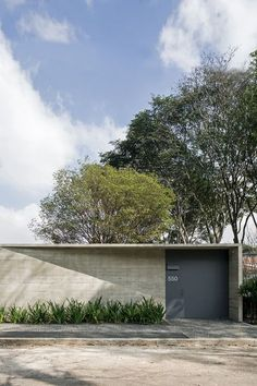 Image 15 of 55 from gallery of Pavilion / Metro Arquitetos Associados. Photograph by Leonardo Finotti Facade Architecture, Residential Architecture, Contemporary Architecture, Landscape Architecture, Landscape Design, Design Exterior, Modern Exterior, Stucco Exterior, Grey Exterior
