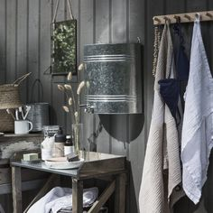 Vattenbehållare Zink 16 L Outdoor Bathrooms, Outdoor Rooms, Small Log Cabin, Outhouse Decor, Backyard Kitchen, Cottage Style, Interior And Exterior, Terrazzo, Design