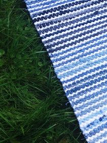 Luovat kädet: Farkuista matto Picnic Blanket, Outdoor Blanket, Weaving Designs, Recycled Fabric, Woven Rug, Rugs, Rug Weaves, Farmhouse Rugs, Knit Rug