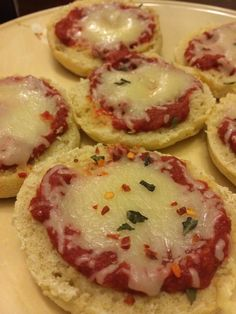 Looking for an easy healthy pizza recipe? Try this 21 Day Fix Lunch Recipe for english muffin mini pizzas I found on Facebook: http://www.marissafmyers.com/recipes/21-day-fix-lunch-recipe-mini-pizzas/