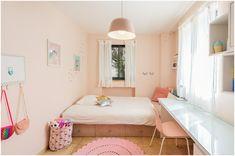 חדר מעוצב לילדה בת 10  חדר מרווח פרקטי ואסתטי ארון קיר ושולחן מרווח בנגרות אישית