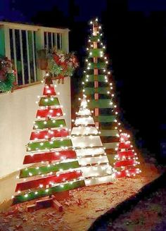 Pallet Christmas trees, great outdoor decoration idea