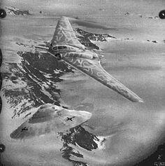 """Летом 1945 года американцы обнаружили у побережья Аргентины две немецкие подводные лодки. Корабли США смогли загнать субмарины в устье реки, где и захватили их. Оказалось, что это специальные подлодки из так называемого """"Конвоя фюрера"""". На допросе экипажей якобы выяснилось следующее: """"В апреле 1945 года субмарины U-977 и U-530 (командиры Хейнз Шаумлфер и Отто Верхмут) приняли на борт особо секретный груз, и пять пассажиров, чьи лица были закрыты масками."""