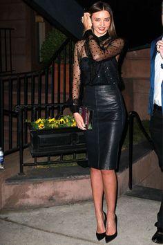 Miranda Kerr con falda con largo midi en cuero y parte alta con transparencias