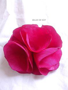 broche fleur en tissu rouge taffetas