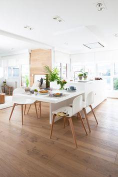 Cocina abierta al salón con muebles en blanco y mesa adosada a la isla_ 00452000_Ob