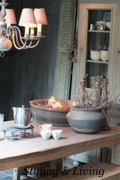 Landelijke keuken met vergrijsde tafel, kalkverf muren en servieskast met krijtverf Showroom Styling & Living