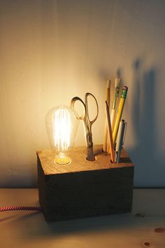 DIY: multifunctionele bureaulamp met pennenblok - Roomed