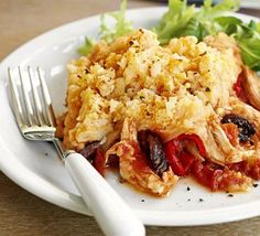 Spanish chicken pie Roasted peppers, olives and paprika give this bake tons of flavour. It's a great way to use up leftover cooked chicken too Slow Roast Chicken, Cooked Chicken, Bbc Good Food Recipes, Cooking Recipes, Pie Recipes, Fodmap Recipes, Easy Recipes, Yummy Food, Gourmet