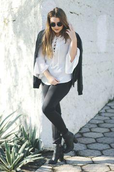 Look Black & White com blusa manga de sino e bomber jacket! Nada melhor do que finalizar esse outfit minimalista com um salto grosso  e confortável.