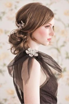 Voeg een leuke haarclip toe in je lage staart/ knot voor een perfecte feest look!