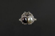A yellow and white gold ring with pearls and diamonds. England, 1900 c.a. Pennisi Milano