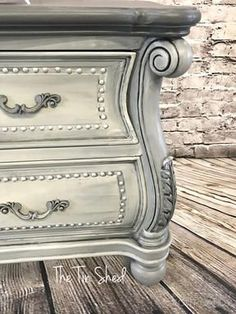 How to create a blended finish on painted furniture - Diy Furniture Beds Ideen Farmhouse Style Furniture, Rustic Bedroom Furniture, Distressed Furniture, Refurbished Furniture, Repurposed Furniture, Furniture Makeover, Vintage Furniture, Furniture Decor, Modern Furniture